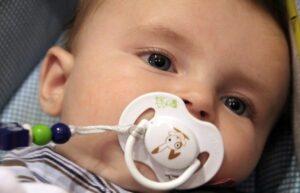 Quels sont les risques de la tototte et du pouce pour les dents de bébé ?
