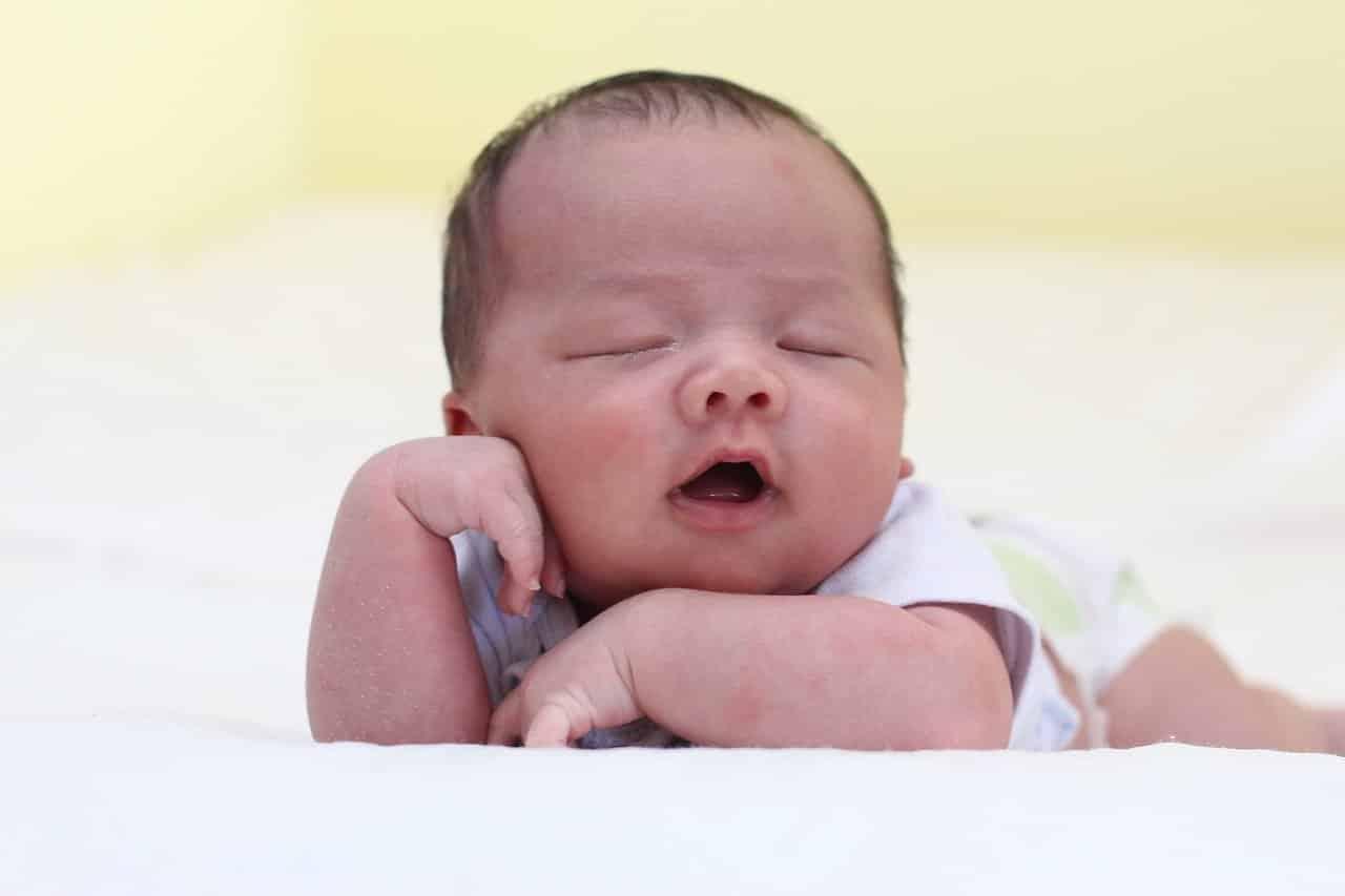 Est-ce qu'il faut réveiller bébé pour manger